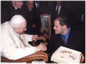 Sua Santità Giovanni Paolo II <br>benedice i diademi realizzati per il Quadro della Madonna del Carmelo che si venera nella chiesa del Carmine in Crotone