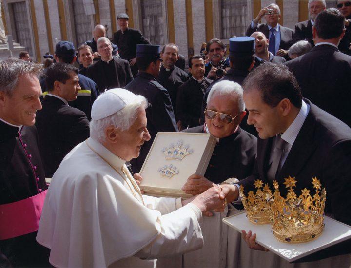 Sua Santità Benedetto XVI <br>benedice le corone e i diademi realizzati per la statua e il quadro della Madonna di Setteporte in Rocca di Neto