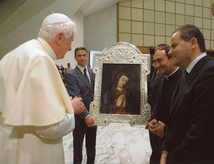 Sua Santità Benedetto XVI <br>benedice la Cornice in Argento e pietre che racchiude il quadro della Madonna del Pozzoleo in Santa Severina