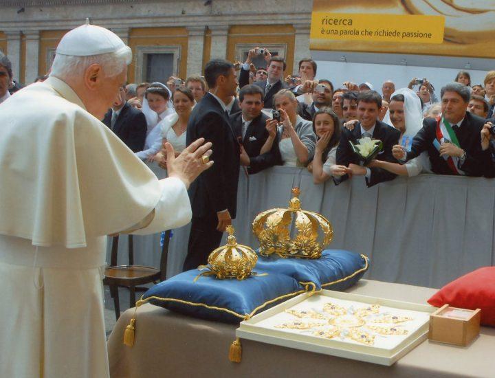 Sua Santità Benedetto XVI <br>benedice la Raggiera per il statua di San Pantaleone della Parrocchia dei SS. Pietro e Paolo in Papanice
