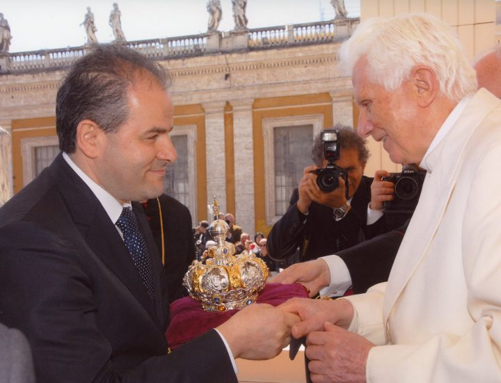Sua Santità Benedetto XVI <br>benedice la nuova corona per il Capo del Bambinello della statua della Madonna di Manipuglia in Crucoli
