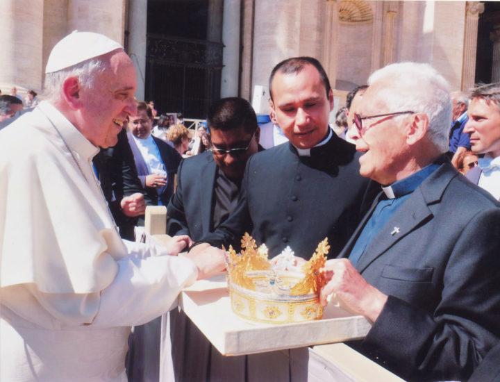 """Sua Santità Papa Francesco<br> benedice le corone realizzate per la Statua della Madonna """"Regina Pacis"""" della Cattedrale di Ostia"""