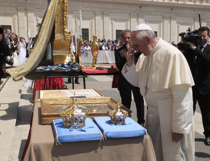 Sua Santità Papa Francesco<br> benedice le corone restaurate per la Statua della Madonna della Pietra in Chiaravalle