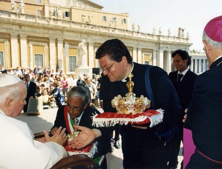 Sua Santità Giovanni Paolo II benedice le corone realizzate per la statua della Madonna delle Grazie che si venera nel Santuario di Torre di Ruggiero