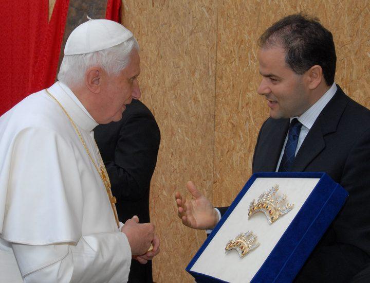 Sua Santità Benedetto XVI <br>benedice i diademi realizzati per il quadro della Madonna della Consolazione di Oliveto