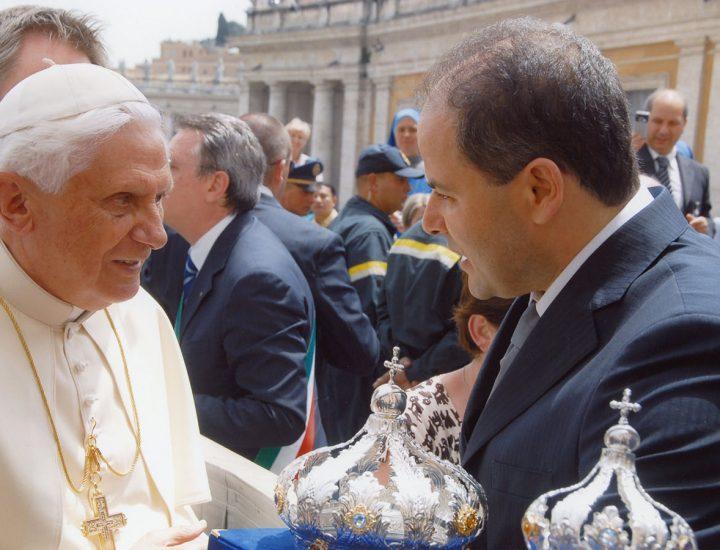 Sua Santità Benedetto XVI <br>benedice le Corone realizzate per l'Immacolata del Convitto Lateranense Pio IX e l'Immacolata di Altavilla Salentina