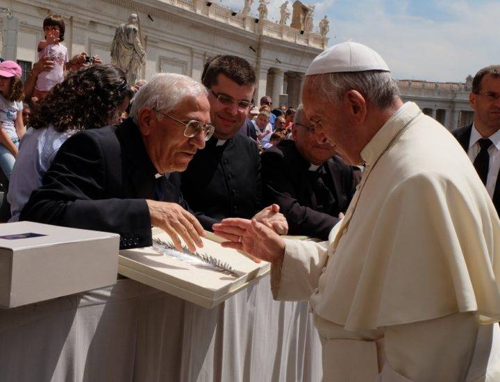 Sua Santità Papa Francesco<br> benedice la palma in argento realizzata per la Statua di San Pantaleone in Papanice