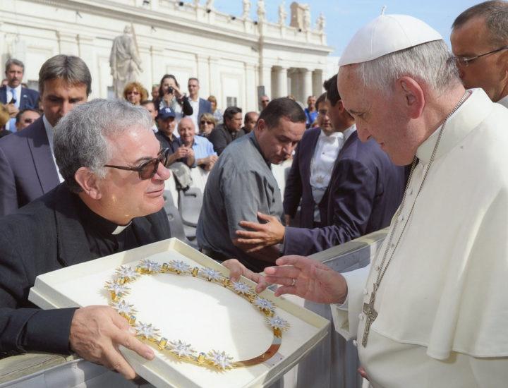 Sua Santità Papa Francesco<br> benedice lo Stellario per la Statua dell' Immacolata in Castelsilano