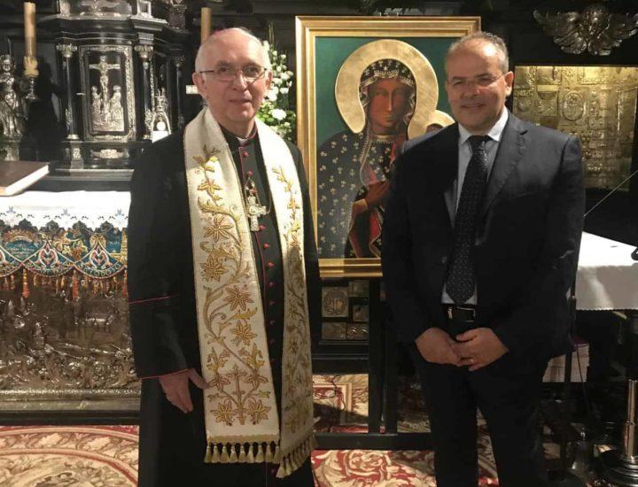 Sua Ecc.za Mons. Waclaw Depo Arcivescovo di Czestochowa mi consegna un'icona della Vergine polacca che dona alla Chiesa crotonese come segno di gratitudine per il gemellaggio tra i Santuari di Capocolonna e Czestochowa