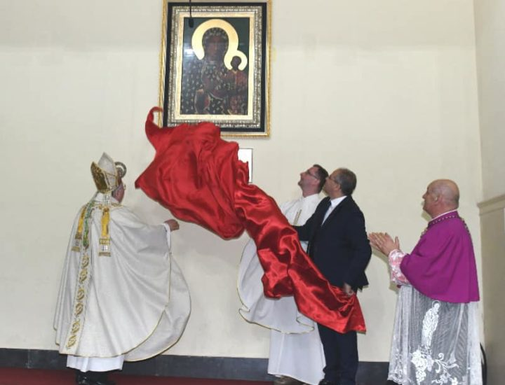 Posa e inaugurazione dell'icona della Vergine di Czestochowa donata dal Vescovo di czestochowa Waclaw Depo nella navata destra della Basilica Cattedrale di Crotone di fianco alla cappella della Madonna di Capocolonna, da parte di Mons. Fiorini Morosini, metropolita di ReggioCalabria-Bova