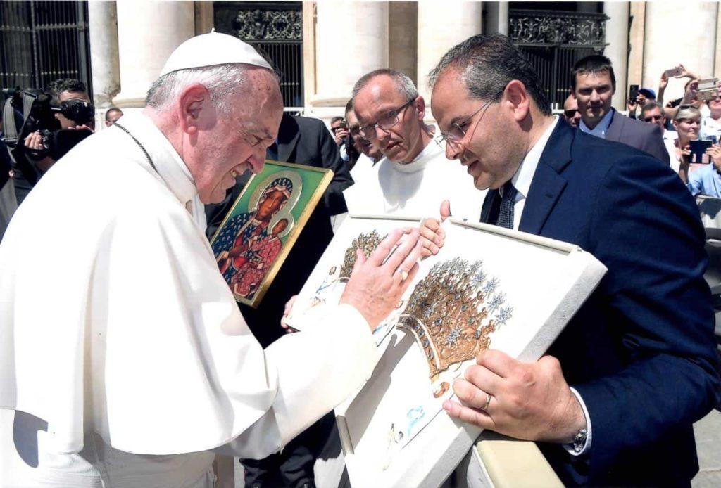 Papa Francesco Benedice i nuovi diademi realizzati per la Vergine Polacca