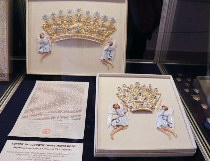 I nuovi diademi realizzati per la Madonna di Czestochowa giunti in Polonia vengono esposti nel Santuario di Jasna Gora in attesa dell'incoronazione