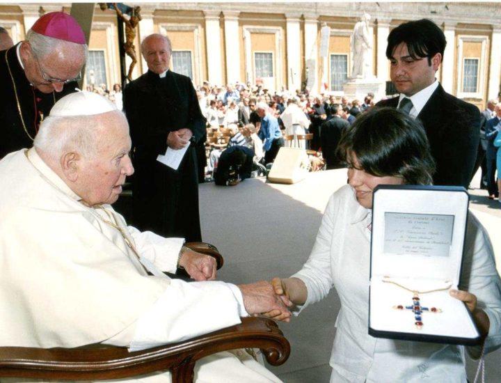 Papa Giovanni Paolo II riceve una croce pettorale in oro realizzata dall'Istituto d'arte di Crotone in occasione del 25°anniversario di Pontificato di Sua Santità Giovanni Paolo II.