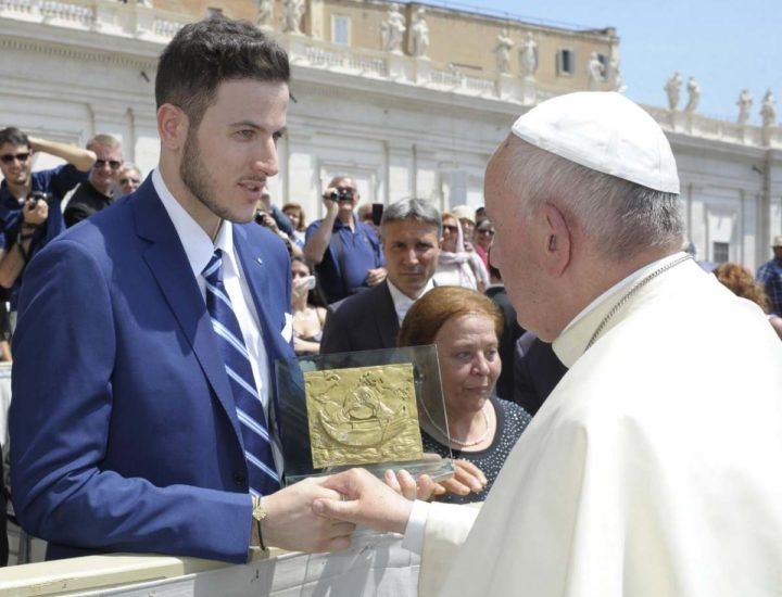 Papa Francesco riceve un'opera dell'orafo e scultore Antonio Affidato