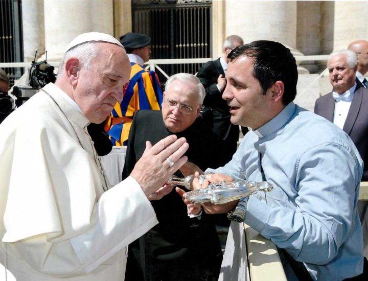 Papa Francesco benedice il Pastorale di San Nicola Vescovo di San Nicola dell'Alto