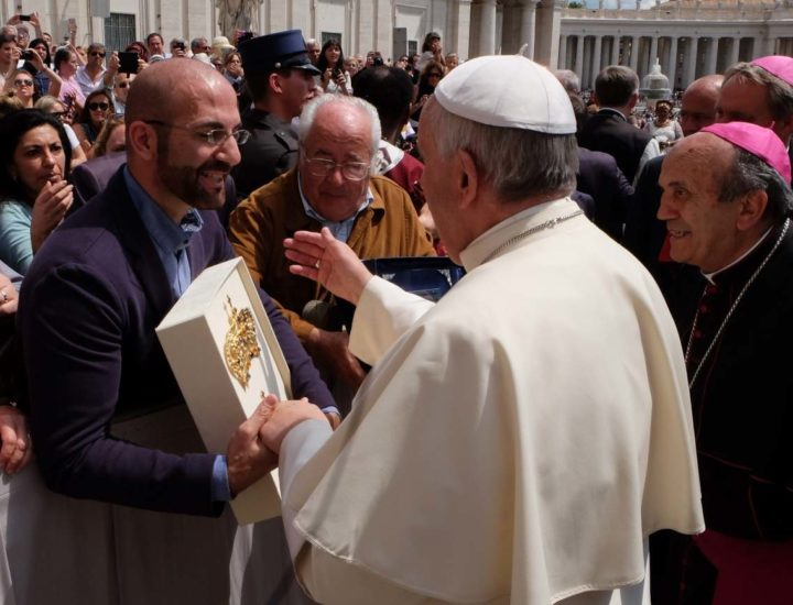 Papa Francesco benedice i Diademi della Vergine delle Grazie di Zagarolo