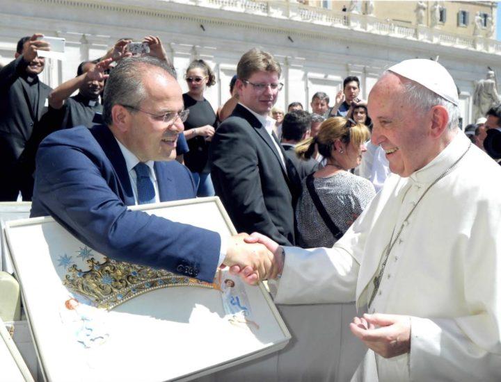Papa Francesco benedice i diademi realizzati per la Madonna di Czestochowa In occasione del 300° Anniversario della Sua prima incoronazione.